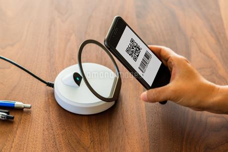 スマホ決済・キャッシュレス決済・QRコード決済・バーコード・Pay・ケータイ・支払いの写真素材 [FYI04120120]