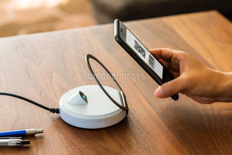 スマホ決済・キャッシュレス決済・QRコード決済・バーコード・Pay・ケータイ・支払いの写真素材 [FYI04120122]