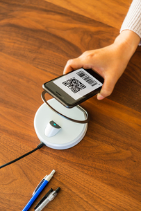 スマホ決済・キャッシュレス決済・QRコード決済・バーコード・Pay・ケータイ・支払いの写真素材 [FYI04120124]