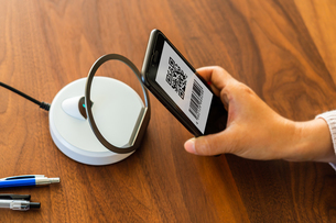 スマホ決済・キャッシュレス決済・QRコード決済・バーコード・Pay・ケータイ・支払いの写真素材 [FYI04120126]