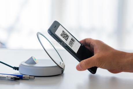 スマホ決済・キャッシュレス決済・QRコード決済・バーコード・Pay・ケータイ・支払いの写真素材 [FYI04120131]