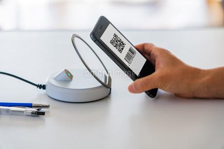 スマホ決済・キャッシュレス決済・QRコード決済・バーコード・Pay・ケータイ・支払いの写真素材 [FYI04120134]