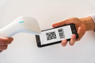 スマホ決済・キャッシュレス決済・QRコード決済・バーコード・Pay・ケータイ・支払いの写真素材 [FYI04120135]