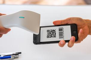 スマホ決済・キャッシュレス決済・QRコード決済・バーコード・Pay・ケータイ・支払いの写真素材 [FYI04120138]