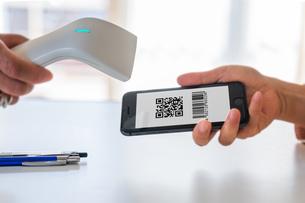 スマホ決済・キャッシュレス決済・QRコード決済・バーコード・Pay・ケータイ・支払いの写真素材 [FYI04120139]