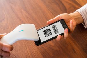 スマホ決済・キャッシュレス決済・QRコード決済・バーコード・Pay・ケータイ・支払いの写真素材 [FYI04120141]