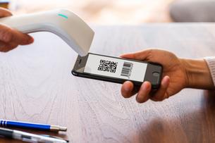 スマホ決済・キャッシュレス決済・QRコード決済・バーコード・Pay・ケータイ・支払いの写真素材 [FYI04120142]