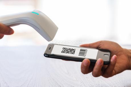 スマホ決済・キャッシュレス決済・QRコード決済・バーコード・Pay・ケータイ・支払いの写真素材 [FYI04120143]