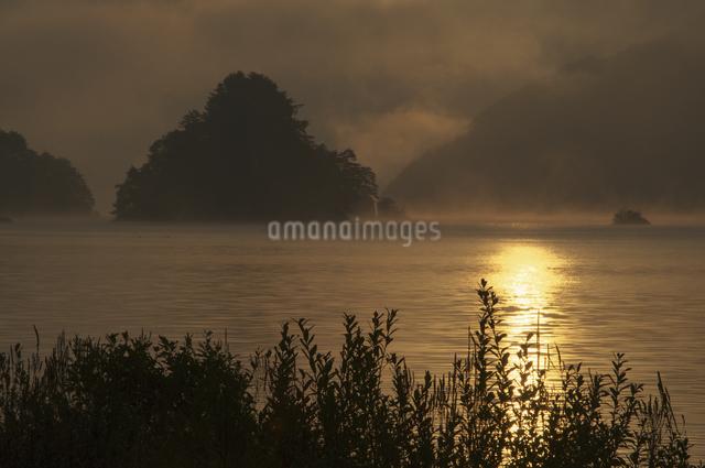 秋元湖の朝の写真素材 [FYI04120218]