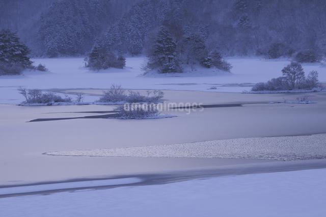 秋元湖の朝の写真素材 [FYI04120295]