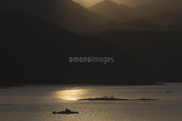 朝の秋元湖の写真素材 [FYI04120341]