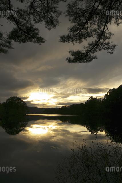 桧原湖の夕陽の写真素材 [FYI04120359]