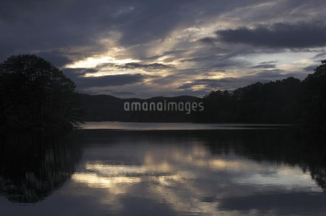 桧原湖の夕陽の写真素材 [FYI04120360]