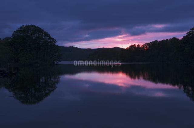 桧原湖の夕陽の写真素材 [FYI04120361]