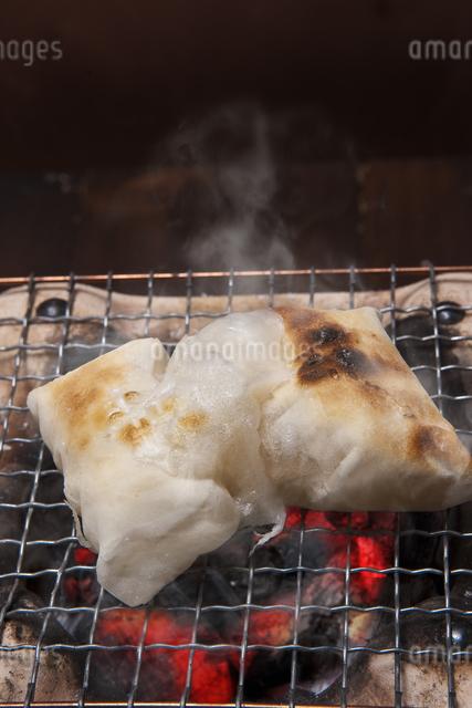 餅を焼くの写真素材 [FYI04120460]