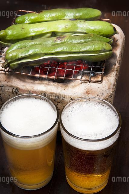 焼き空豆とビールの写真素材 [FYI04120461]