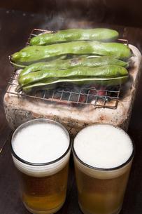 焼き空豆とビールの写真素材 [FYI04120462]
