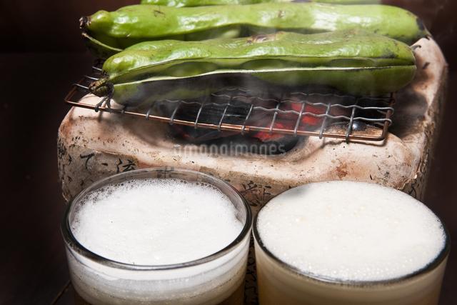 焼き空豆とビールの写真素材 [FYI04120463]
