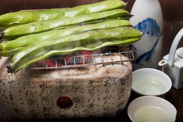 焼き空豆と日本酒の写真素材 [FYI04120466]