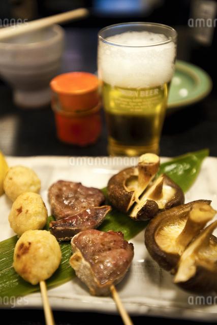 串焼きとビールの写真素材 [FYI04120486]