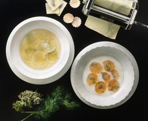 パスタを浮き実にしたスープの写真素材 [FYI04120527]