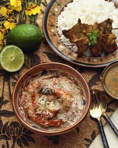 海老のココナッツソースと牛肉のサッテ(インドネシア)の写真素材 [FYI04120540]