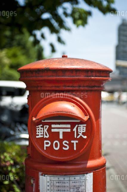 赤いポストの写真素材 [FYI04120587]