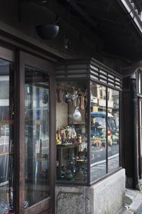 銅器店のショーウインドーの写真素材 [FYI04120594]