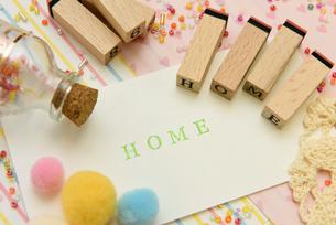 home アルファベットスタンプをならべて単語にした素材の写真素材 [FYI04120646]