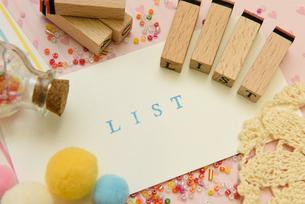 list アルファベットスタンプをならべて単語にした素材の写真素材 [FYI04120654]