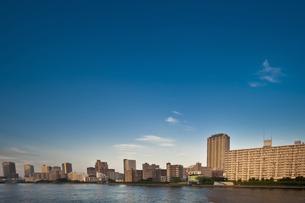 隅田川沿いの高層マンションの写真素材 [FYI04120658]