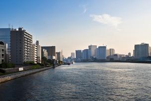 隅田川沿いの高層マンションの写真素材 [FYI04120700]