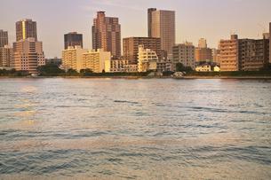 隅田川沿いの高層マンションの写真素材 [FYI04120702]