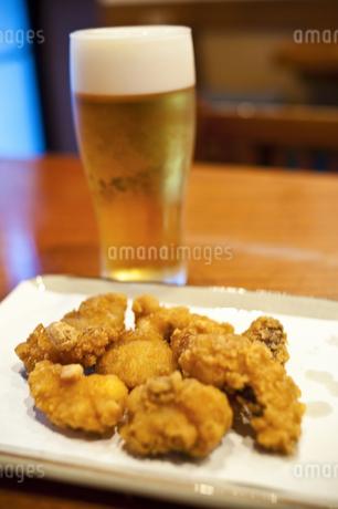 タコの唐揚げとビールの写真素材 [FYI04120712]