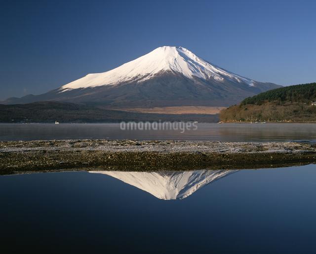 山中湖からの逆さ富士の写真素材 [FYI04120960]