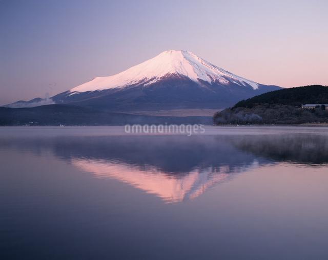 山中湖からの逆さ富士の写真素材 [FYI04120961]