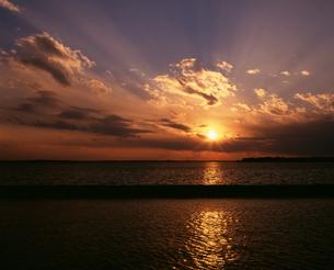 夕陽の写真素材 [FYI04121121]