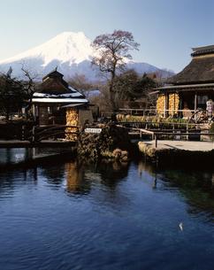 忍野八海からの富士山の写真素材 [FYI04121144]