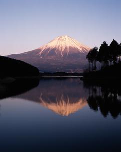 田貫湖からの逆さ富士・夕景の写真素材 [FYI04121151]