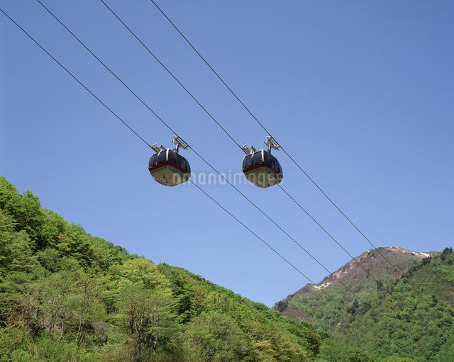 新緑の谷川岳ロープウェイの写真素材 [FYI04121224]