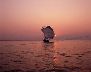 帆引き船 夕景の写真素材 [FYI04121444]
