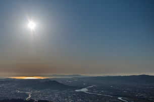 海を照らす太陽 パラグライダーから空撮の写真素材 [FYI04121514]