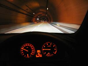 高速道路のトンネルの写真素材 [FYI04125748]