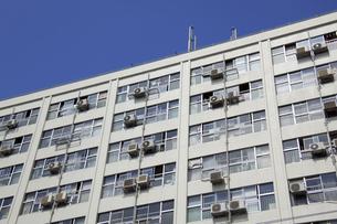 集合住宅のエアコン室外機の写真素材 [FYI04125843]
