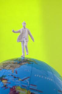 地球儀とフィギアの写真素材 [FYI04125870]
