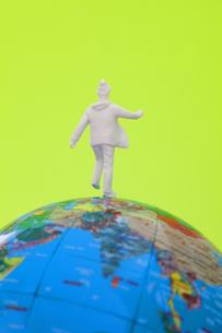 地球儀とフィギアの写真素材 [FYI04125871]