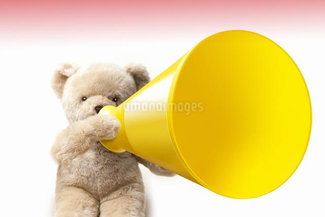 クマのぬいぐるみとメガホンの写真素材 [FYI04127967]