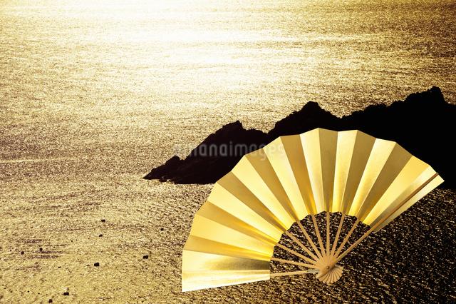扇子と海の写真素材 [FYI04128254]