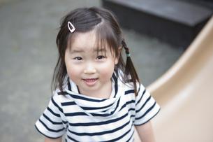 笑顔の女の子の写真素材 [FYI04128603]