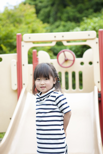 公園で遊ぶ女の子の写真素材 [FYI04128604]